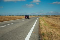 Weg door landelijk landschap en auto dichtbij het Nationale Park van Monfrague royalty-vrije stock foto