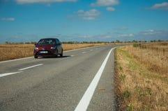 Weg door landelijk landschap en auto dichtbij het Nationale Park van Monfrague stock afbeelding
