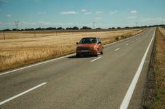 Weg door landelijk landschap en auto dichtbij het Nationale Park van Monfrague stock fotografie