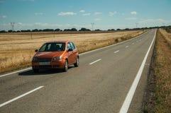Weg door landelijk landschap en auto dichtbij het Nationale Park van Monfrague royalty-vrije stock foto's