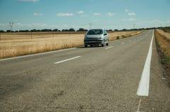 Weg door landelijk landschap en auto dichtbij het Nationale Park van Monfrague stock foto