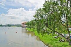 Weg door schilderachtige rivier Royalty-vrije Stock Afbeeldingen
