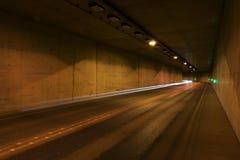 Weg door tunnel bij nacht Stock Afbeelding