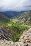 Weg door vallei in gebied cariboo-Chilcotin van Brits Colombia Stock Afbeeldingen