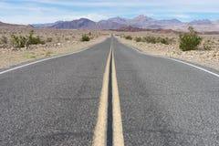 Weg door van de de doodsvallei van Californië het nationale park Royalty-vrije Stock Foto's