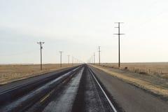 Weg door woestijnlandschap bij de ochtend van een zonnige dag. Stock Afbeelding