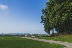 Weg durch Bäume nahe Heilig-Jean-Gescheckt-De-Hafen, Frankreich lizenzfreie stockfotos
