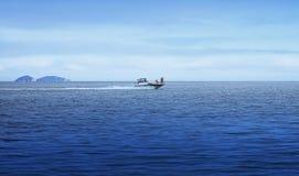 Weg durch das Meer auf einem Boot Stockbilder