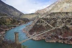 Weg durch das Tal des Flusses Jinsha Lizenzfreies Stockfoto