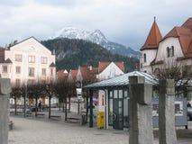 Weg durch die Stadt von FÃ-¼ glättend, ssen alpen deutschland lizenzfreie stockfotografie