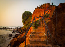 Weg durch Sanddünen auf einem Strand bei Sonnenuntergang Lizenzfreies Stockfoto