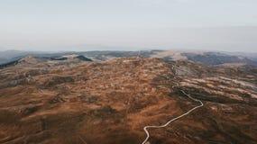 Weg durch Tal an der Spitze der Gebirgskette eingelassen dem Sonnenuntergang stockfoto