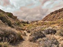 Weg durch wilden Scrubland im Dorf von Abades im Süden von Teneriffa lizenzfreie stockfotografie