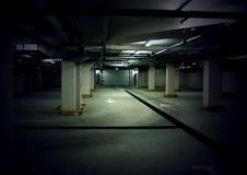 Weg in een ondergronds parkeerterrein Royalty-vrije Stock Fotografie