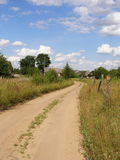 Weg in een verlaten Russisch dorp Stock Afbeelding