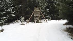 Weg in einem geschneiten forrest zu einer Jagdstange in der Wintersaison im Bayern stock footage