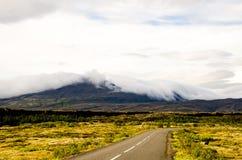 Weg en bewolkte bergen bij het Nationale Park van Thingvellir in IJsland Royalty-vrije Stock Fotografie
