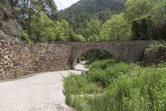 Weg en brug in de espadan siërra DE, castellon, Spanje Royalty-vrije Stock Afbeeldingen