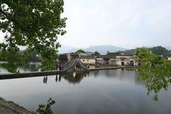 Weg en brug over het meer Royalty-vrije Stock Afbeelding