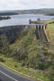 Weg en Dam, Myponga-Reservoir, SA - Portretrichtlijn Royalty-vrije Stock Foto