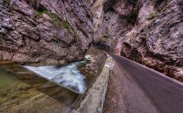 Weg en rivier in kloven Stock Afbeelding