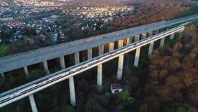 Weg en spoorwegbrug - satellietbeeld stock videobeelden
