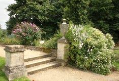 Weg en Stappen in een Engelse Tuin van het Land stock fotografie