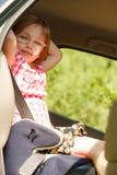 Weg en veiligheid Meisjezitting in autozetel Stock Fotografie