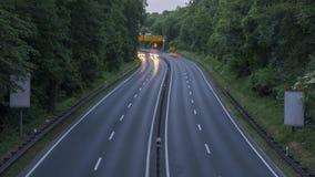 Weg A37 en verkeer bij schemer, het schot van de tijdtijdspanne duitsland Nedersaksen stock footage