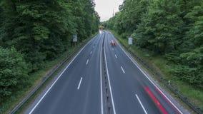 Weg A37 en verkeer bij schemer, het schot van de tijdtijdspanne duitsland Nedersaksen stock video