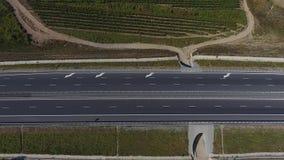 Weg en wijngaarden stock video