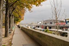 Weg entlang die Seine-Bank Goldener Herbst in Paris Lizenzfreies Stockbild