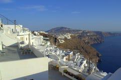 Weg entlang Santorini-Dächern Stockfoto