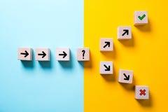 Weg führt zu Entscheidung, die den Weg in zwei Richtungen ändert stockfotos