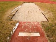 Weg für den Weitsprung Rotes retrack Sandys, weißes ake-off Brett stockbilder
