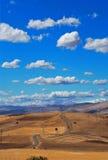 Weg, gebieden en wolken Royalty-vrije Stock Foto