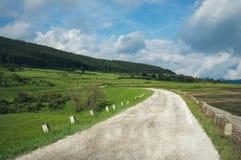 Weg in groene berg onder bewolkte hemel Het doel en bereikt concept Royalty-vrije Stock Fotografie