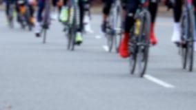 Weg het cirkelen ras in langzame motie, wielennadruk stock footage