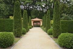 Weg in het Italiaans formele tuin stock afbeeldingen