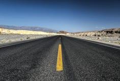 Weg in het Nationale Park van de Doodsvallei, Californië Royalty-vrije Stock Afbeeldingen