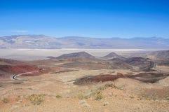 Weg 190 in het Nationale Park van de Doodsvallei, Californië Stock Foto's