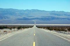 Weg in het Nationale Park van de Doodsvallei, Californië, de V.S. Stock Afbeelding
