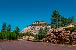 Weg in het toneel Nationale Park de V.S. van Ziont De zomeravontuur royalty-vrije stock afbeelding