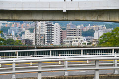 Weg in Hiroshima met Huizen op de Achtergrond Stock Foto's
