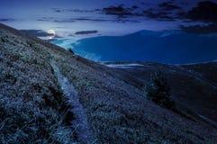 Weg hoewel bergheuvels en rand bij nacht royalty-vrije stock foto's