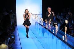 Weg Jenn Taule Bells L und Marc Bells die Rollbahn am KYBOE! Modeschau Stockbilder