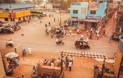 Weg in kleine Indische stad met buiten fietsen, taxi en lopende mensen Stock Afbeelding