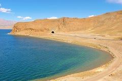 Weg langs het bergmeer in Tibet royalty-vrije stock afbeeldingen