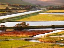 Weg langs mooi landschap van gebied en rivier stock afbeelding