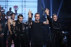 Weg LR Adriana Lima, Philipp Pleins und Irina Shayks die Rollbahn an der Philipp Plein-Modeschau Stockbilder